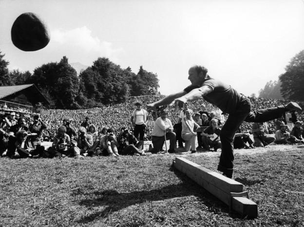 Am Unspunnenfest 1981 wird noch der originale Unspunnenstein gestossen.
