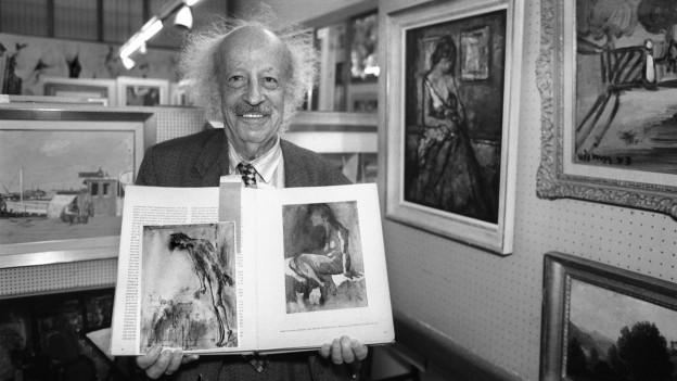 Galeriebesitzer Max Bollag zeigt zwei Picasso Bilder