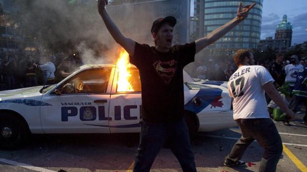 Brennende Polizeiautos, randalierende Fans.