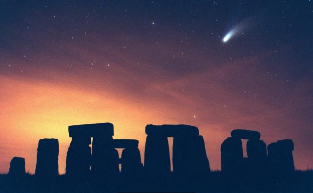Der Komet Hale-Bopp über dem britischen Stonehenge am 28. März 1997