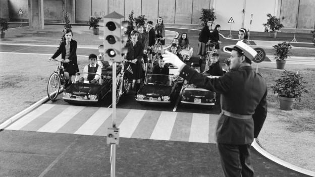 Im Verkehrsgarten lernen die Kinder die Regeln zum Lichtsignal.