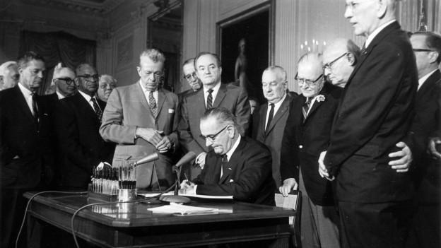 Präsident Johnson unterzeichnet das Bürgerrechtsgesetz.