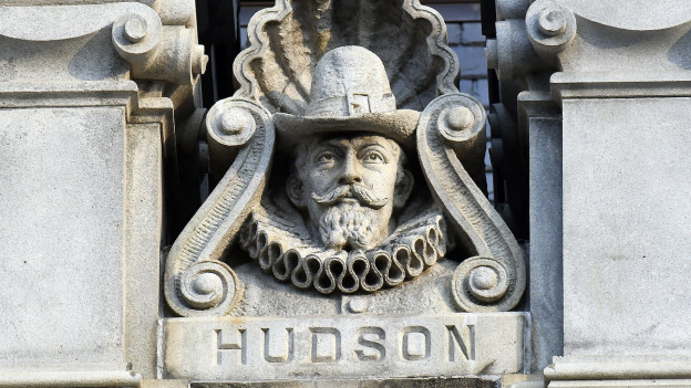 Eine Büste von Henry Hudson ziert das Parlamentsgebäude des US-Bundesstaats New York in Albany. Der Hudson River ist nach Henry Hudson benannt, der Fluss fliesst durch den Bundesstaat.