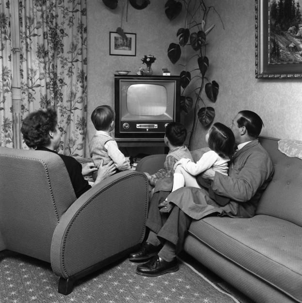 Eine Schweizer Familie in den 1950er-Jahren sitzt vor ihrem Fernsehgerät.