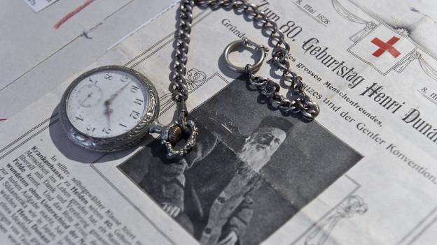 Uhr auf einer zum 80. Geburtstag Henry Dunants erschienenen Zeitung, ausgestellt 2012, im Henry Dunant Museum in Heiden