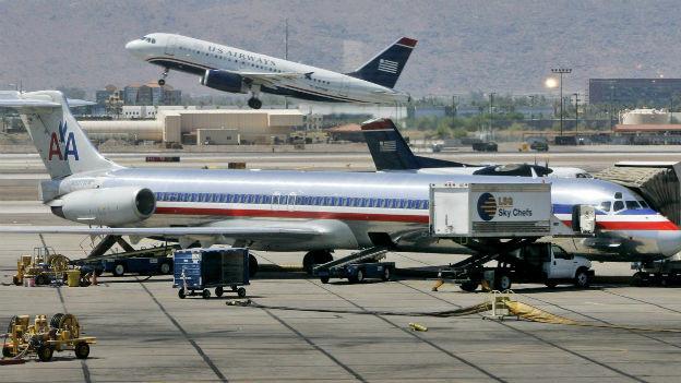Ein Jet der US-Airways beim Take Off und eine Maschine der American Airlines bei den Startvorbereitungen auf dem Sky Harbor International Airport in Phoenix am 23. Juni 2008