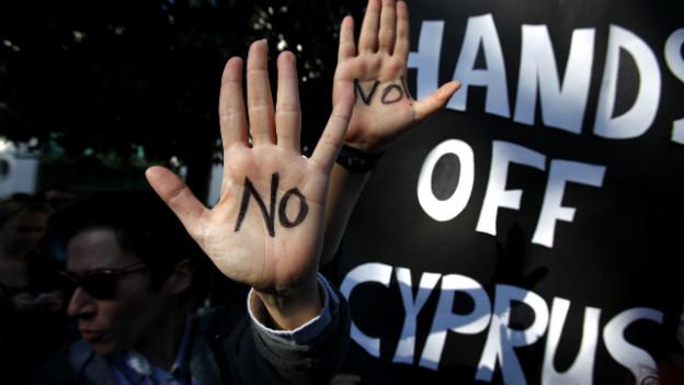 Protest gegen geplante Steuer auf Bankkundengelder: Demonstranten in Nikosia.
