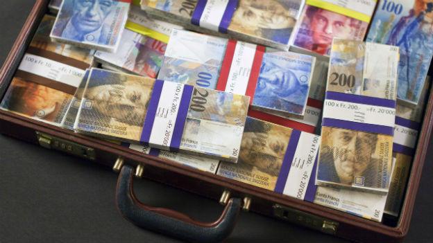 Ein Koffer voller Schweizer Banknoten