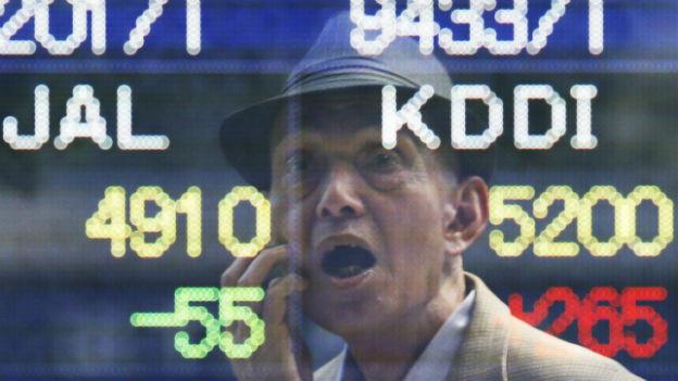 Ein Japaner studiert gebannt die Börsenkurse