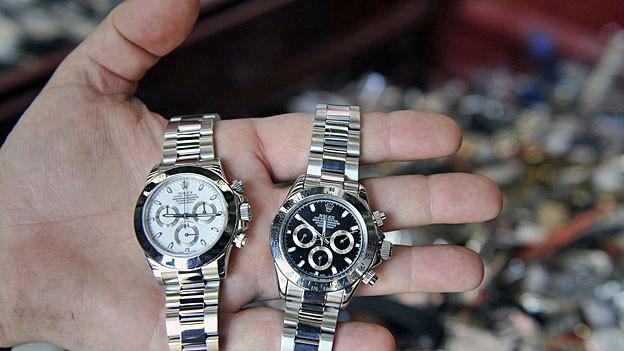 Zwei Rolex-Uhren. Welche ist echt? Links eine Original Rolex, rechts eine gelungene Kopie.