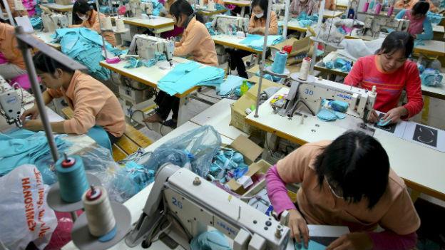 Aufstrebende Wirtschaft in den Frontiermärkten: Näherinnen in Vietnam