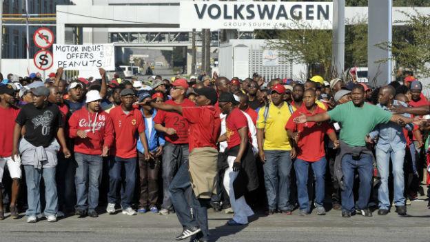 Momentan wird in Südafrika vielerorts gestreikt - auch beim Autoproduzent VW.