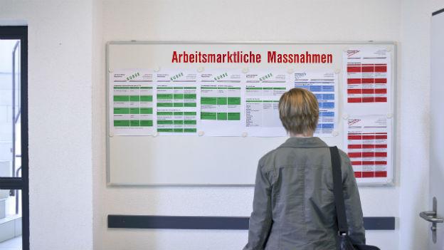 Wenig Andrang: Arbeitslose in Sargans studiert Weiterbildungsangebote im RAV.