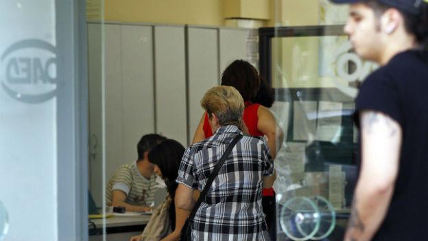 Menschen in der Warteschlange vor einem Arbeitslosenamt in Athen.