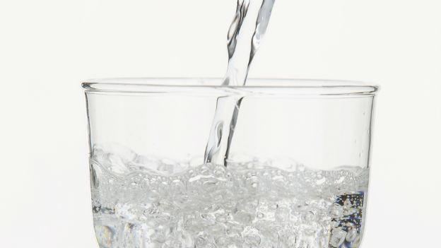Alles natürlich beim Mineralwasser? - Die Organisation «Ärzte für Umweltschutz» hat zumindest Zweifel.