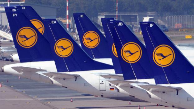 Flugzeuge der Lufthansa stehen am Flughafen Düsseldorf