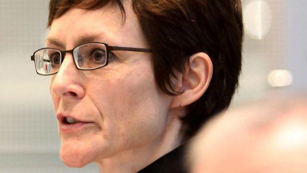 Monika Rühl spricht an einem Podium