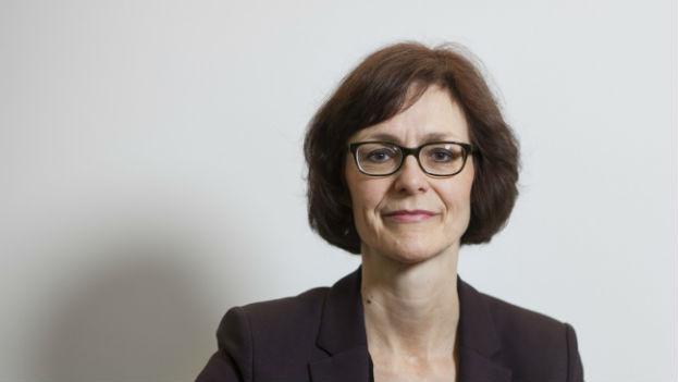 Monika Rühl sitzt im Büro