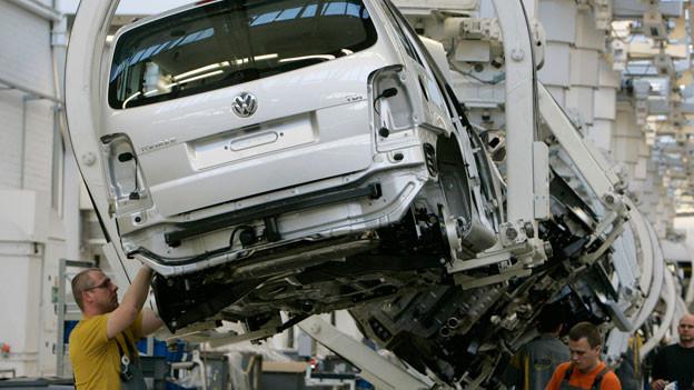 Fast in jedem Auto befinden sich Zulieferteile aus der ganzen Schweiz. Bild: Produktion im Volkswagen-Werk in Wolfsburg.