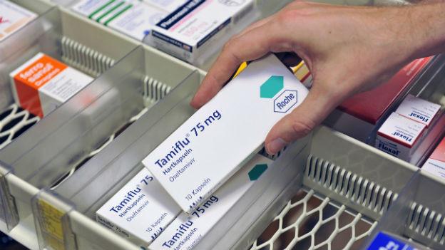 Der Griff eines Apothekers zum Grippemittel Tamiflu.