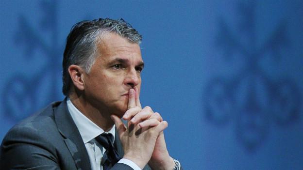 Der UBS-Chef Sergio Ermotti stützt an einer Pressekonferenz der Bank die Hand ins Kinn.