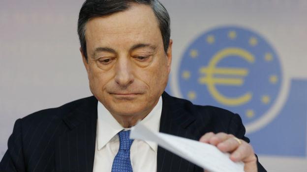 Der Präsident der Europäischen Zentralbank, Mario Draghi, wedelt mit einem Blatt Papier an der Medienkonferenz zum Zinsentscheid