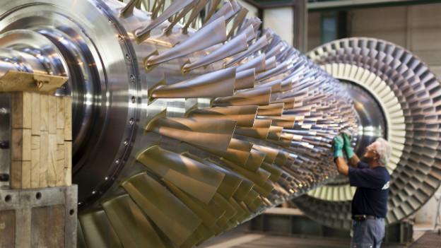 Ein Mann fertigt eine Turbine bei Alstom in Birr im Kanton Aargau.