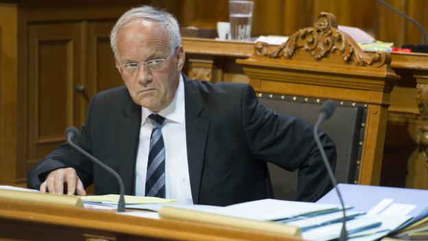 Johann Schneider Ammann hört der Debatte im Ständerat vom vergangenen Montag zu.