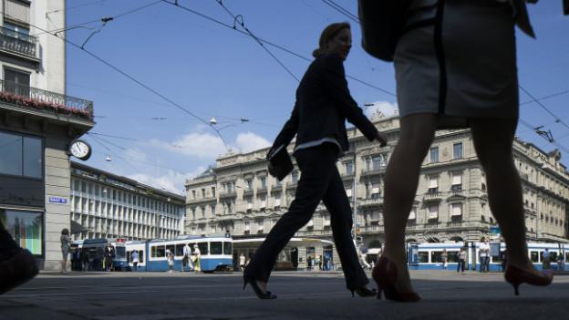 Eine Passantin schreitet über den Paradeplatz in Zürich, auch bekannt als «Bankenplatz».