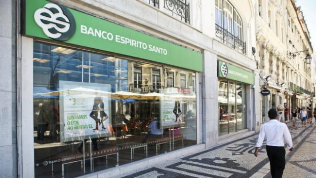 Ein Mann läuft vor einer Filliale der Espirito-Santo-Bank in Lissabon durch.