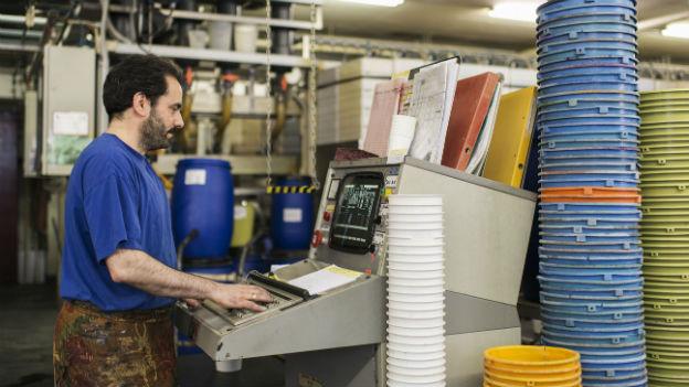 Ein Angestellter der Textildruckerei Mitloedi im Glarnerland.