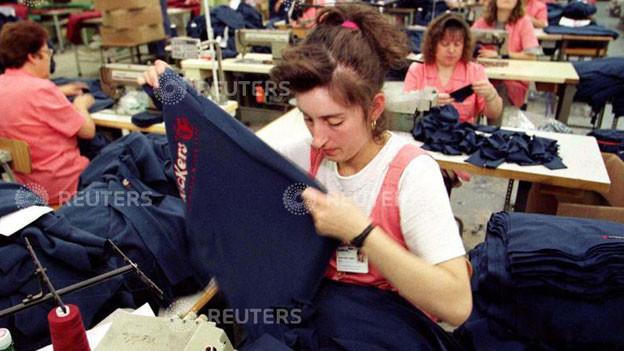 Portugiesische Arbeiterin in einer Kleiderfabrik in Maia.