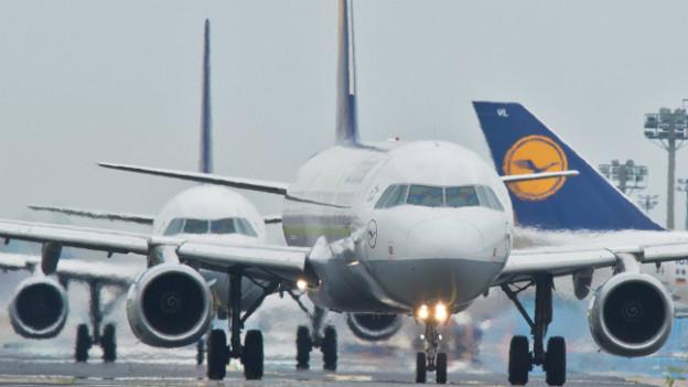 Mehrere Flugzeuge der Deutschen Lufthansa machen sich bereit zum Start am Frankfurter Flughafen.