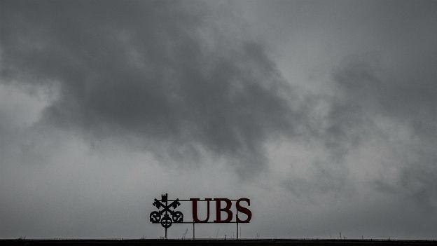 UBS-Logo in dunklen Wolken
