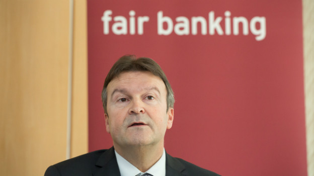 «Fair Banking»: Der Bank Coop CEO Andreas Waespi vor einem Plakat mit dem Firmenmotto.