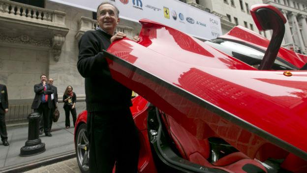Das Bild zeigt Fiat-Chef Marchionne, der aus einem Ferrari steigt vor der New Yorker Börse.