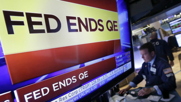 Ein Fernsehbildschirm verkündet das Ende des Stützprogramms der US-Notenbank.