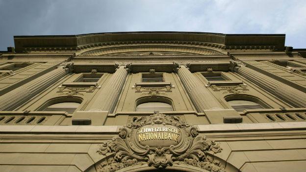 Das Bild zeigt die Hauptfassade der Nationalbank aus Froschperspektive