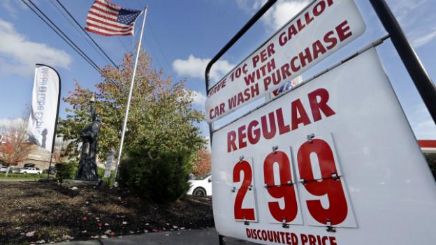 Ein Schild einer Tankstelle zeigt einen Benzinpreis von 2.99 Dollar pro Gallone an.