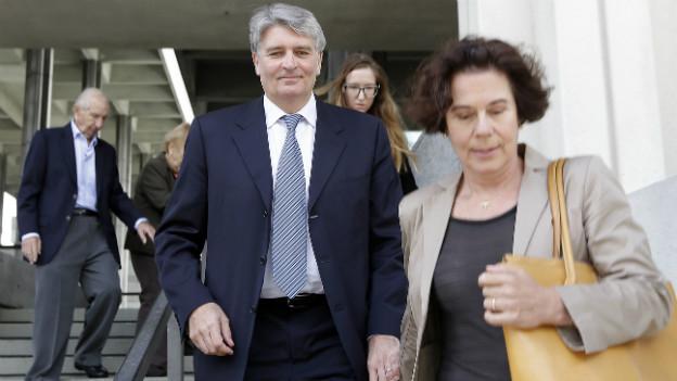 Ex UBS-Manager Raoul Weil hält seine Frau an der Hand, während der das Gerichtsgebäude verlässt.