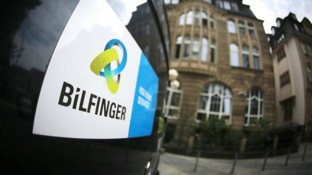 Fahrzeug beschriftet mit «Bilfinger» vor Gebäude des Unternehmens.
