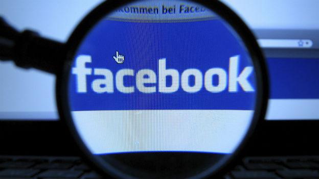 Das Facebook-Logo unter der Lupe
