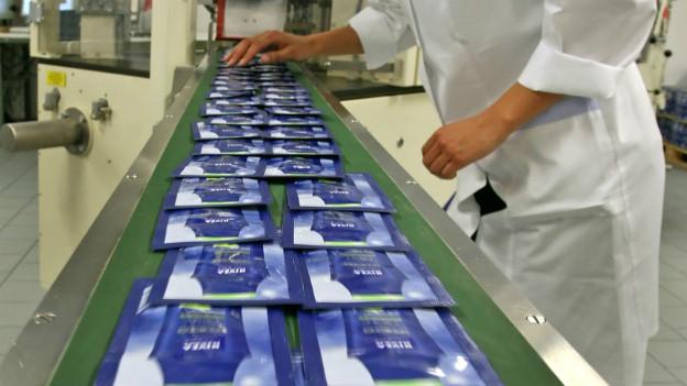 Ein Fliessband mit Nivea-Produkten.