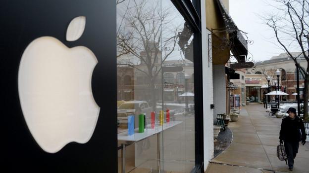 Ladenfassade mit dem grossen weissen Apfel-Logo von Apple.