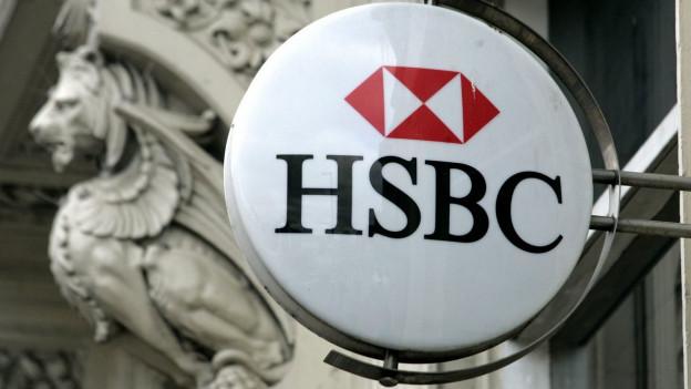 Das Logo der HSBC an einem alten Steingebäude.