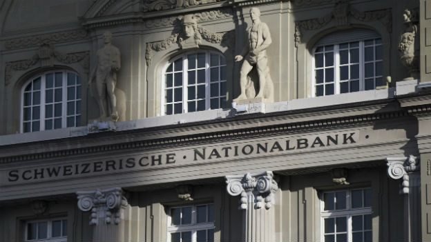 Die Fassade der Schweizerischen Nationalbank; auf das Wort «Nationalbank» fällt Sonnenschein, der Rest ist eher im Schatten.