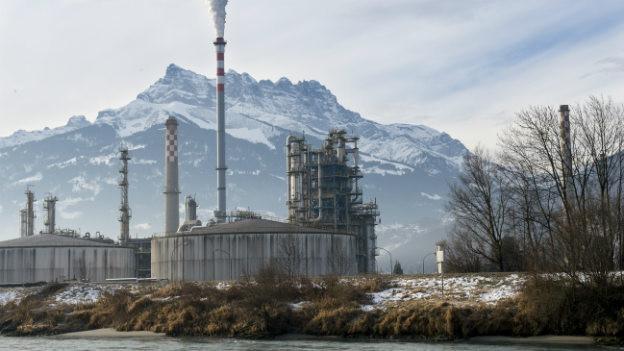 Der Schlot der Raffineri in Collombey raucht - im Februar 2015 war die Fabrik noch in Betrieb.