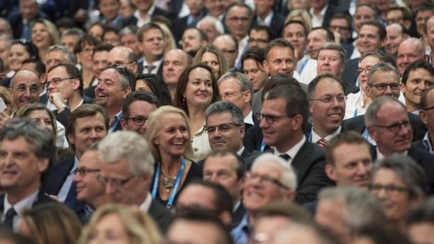 Der Referats-Saal am Swiss Economic Forum 2015 in Interlaken ist bis auf den letzten Platz besetzt: Ausschnitt aus der Zuschauertribüne.