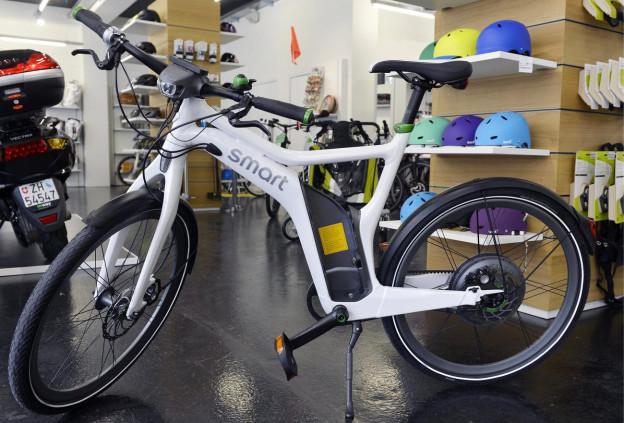 Ein Elektrobike, fotografiert in einem Fachgeschäft für E-Bikes in Zürich. Unter E-Bikes werden Zweiräder verstanden, die für die Fortbewegung Unterstützung durch einen Elektromotor bieten.