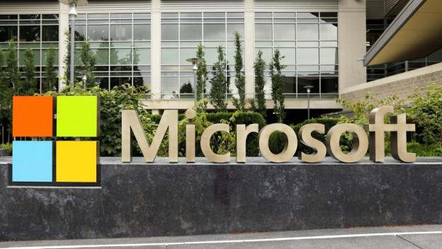 Das Microsoft-Logo vor dem Besucherzentrum in Redmond im US-Bundesstaat Washington.